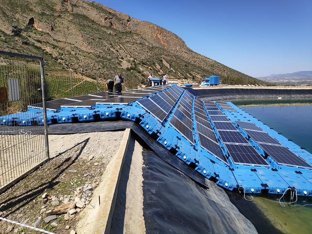 Montaje de estructura solar flotante